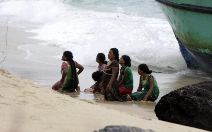 100950868_Sri_Lanka_women_begging_FOREIGN-large_trans++ZgEkZX3M936N5BQK4Va8RWtT0gK_6EfZT336f62EI5U